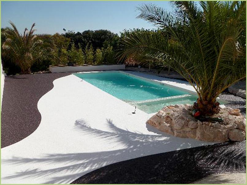 Une allée en granulats de marbre blanc